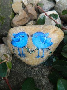 Modrá+naděje+Dekorativní+kámen+s+párem+ptáčků+v+odstínu+modré,+jenž+předurčuje+naději+a+vytrvalost+v+tom+pestrém+ptačím+světě+...+Kámen+má+symbolický+tvar+připomínající+srdeční+linie+a+je+určen+nejen+pro+všechny+vytrvalce+usilující+o+trvalý+pevný+svazek+...+Rozměry+kamene:+cca+9x7x3cm