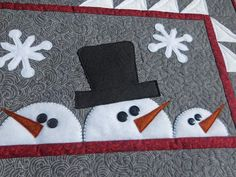 Quilted Table Runners Christmas, Christmas Placemats, Christmas Cushions, Christmas Applique, Christmas Sewing, Christmas Quilting Projects, Christmas Tables, Mug Rug Patterns, Applique Patterns