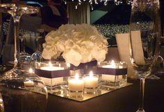 Centro de mesa espectacular en Barcelona   Linias minimal en blanco y negro. Bases de espejo con hortensia blanca y muchas velas #lafloreria #centrosflorales #wedding #centrodemesa #bodablancoinegro #blackandwhitewedding #weddingbarcelona #bodasromanticas ♥ ♥ La Floreria ♥ ♥ para descubrir nuestras creaciones visita la web: www.lafloreria.net/ ♥