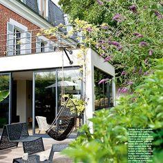 une rallonge avec une terrasse et des vitres