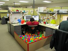 Funny pictures about Birthday office decoration. Oh, and cool pics about Birthday office decoration. Also, Birthday office decoration. Funny Office Pranks, Office Humor, Work Pranks, Funny Pranks, Awesome Pranks, Evil Pranks, Work Jokes, Office Cube, Cool Office