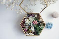 アンティークな雰囲気の漂う六角形の真鍮のガラスケースに 数種類のプリザーブドフラワーや小花・実をたっぷり詰め込んだ 贅沢なリングピローです。自然ならではの花そのものの姿を感じられます。