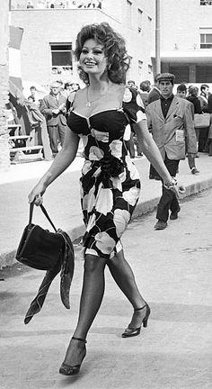 Loren Sofia, Older Actresses, Sophia Loren Images, Voluptuous Women, Mode Vintage, Up Girl, Vintage Hollywood, Beautiful Actresses, Timeless Fashion