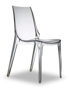 Nowoczesne krzesło akrylowe Vanity marki Scab Design to przede wszystkim ponadczasowa elegancja. Prosta, bardzo skromna forma projektu Arter & Citton przekonuje jakością materiału z jakiego jest zrobione, certyfikowane tworzywo Makrolon. Designerskie krzesło Vanity tak samo pięknie prezentuje się w zestawieniu z masywnym stołem drewnianym jak również z nowoczesnym stołami.