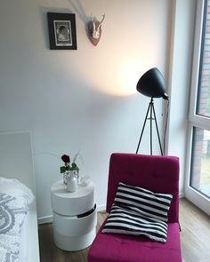 wg zimmer inspiration gem tliches altbauzimmer mit fischgr tenparkett gro es bett couchtisch. Black Bedroom Furniture Sets. Home Design Ideas