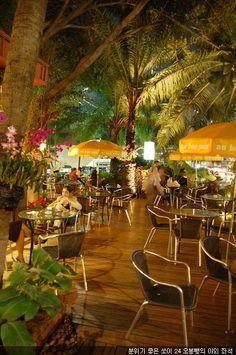 오봉빵!, 방콕.  방콕. 쏘이 24에 있는 오봉뺑은 작은 정원처럼 꾸며진 야외 테이블을 가지고 있는데 앉아서 거리 구경하기에 안성맞춤이다.