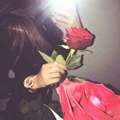 Rosas y más rosas Cute Girl Photo, Girl Photo Poses, Girl Photography Poses, Girl Photos, Stylish Girls Photos, Stylish Girl Pic, Dps For Girls, Aesthetic Roses, Profile Pictures Instagram