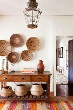 Interior Design Ideas from HOME AGAIN.Entryway or foyer with African baskets hung on wall, console table, and belly baskets. This is the Spanish hacienda house feature in HOME AGAIN movie starring Reese Witherspoon. Spanish Interior, Home Interior, Interior Design, Bohemian Interior, Interior Paint, Boho Glam Home, Home Again, Foyer Decorating, Interior Decorating