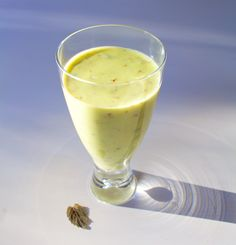 Hämmentäjä: Avokado-päärynäsmoothie mintulla ja limellä. Avocado and pear smoothie with mint and lime.