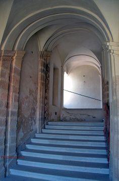 la scalinata che porta ai piani superiori del castello