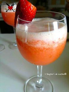 Cocktail Giannini - prosecco fragole e ananas Coffee Cocktails, Whiskey Drinks, Summer Cocktails, Wine Drinks, Cocktail Drinks, Cocktail Recipes, Beverages, Spritz Cocktail, Drink Menu