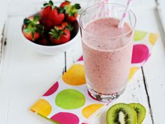Strawberry-kiwi smoothie: Ingredients: cup of cold apple juice; A banana; A kiwi (peeled and sliced); Handful of strawberries; A teaspoon of honey. Yummy Smoothies, Smoothie Drinks, Smoothie Recipes, Smoothie Ingredients, Fruit Drinks, Yummy Drinks, Healthy Drinks, Beverages, Healthy Eating
