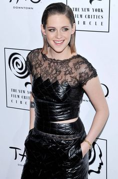 Kristen Stewart adopte le hair look plaqué en arrière....