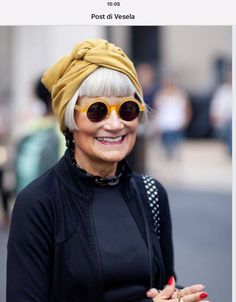 Tired of spending time and money covering your grey hair? These 30 grey hair styles for older women will convince you to embrace your natural silvery gray hair. Mode Style, Style Me, Spring Outfit Women, Street Style Vintage, Advanced Style, Ageless Beauty, Inspiration Mode, Aging Gracefully, Mode Outfits