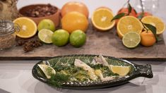 Gravad strömming i citrusvinägrett | SVT recept Frisk, Feta, Serving Bowls, Tableware, Ethnic Recipes, Dinnerware, Tablewares, Dishes, Place Settings