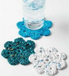 Crochet Bags Design plastic bag coasters - plastic bag crafts This is perfect! My roommates and I have WAY too many plastic bags! Plastic Bag Crafts, Plastic Bag Crochet, Recycled Plastic Bags, Recycled Crafts, Pill Bottle Crafts, Recycled Clothing, Recycled Fashion, Crochet Bags, Crochet Home