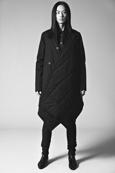 TEGEN: Ondanks dat de vormen groot en hoekig zijn, leiden de details te veel af om tot minimalistische mode te behoren.