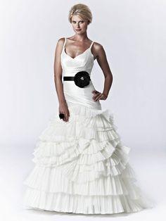 Vestido de Novia Línea A con Cinturón Negro --Lis Simon