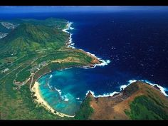 Hawaii is a tropical beach-lover's paradise and venturing beneath the water surface is a must do. So where are the best places to go snorkeling in Hawaii? Hawaii Tourism, Hawaii Travel, Travel Usa, Hawaii Vacation, Girls Vacation, Beach Travel, Pool Bar, Air France, Hanauma Bay