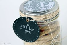 Mason Jar Gift Card Holder - this fun idea is perfect for the holidays! Mason Jar Meals, Mason Jar Gifts, Mason Jar Diy, Christmas Dinner Plates, Christmas Mason Jars, Diy Father's Day Gifts Easy, Diy Gifts, Faux Snow, Food Gifts