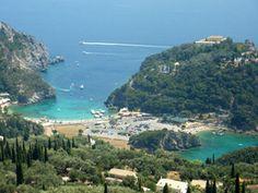 Corfu Paleokastritsa vanaf Bella Vista is in de zomer veel bezocht door toeristen, die vertoeven op de mooie kiezelstranden. Vanaf hier kunt u boottochten maken naar diverse verlaten stranden en grotten.