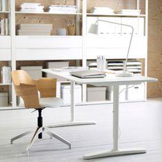 Työtila, jossa valkoinen BEKANT-työpöytä, FJÄLLBERGET-tuoli ja valkoiset FJÄLKINGE-hyllyt.