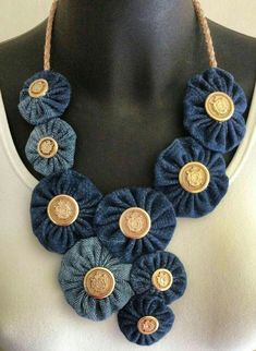 Collana con with jeans, buffalo nickel buttons Jean Crafts, Denim Crafts, Textile Jewelry, Fabric Jewelry, Denim Flowers, Fabric Flowers, Jewelry Crafts, Handmade Jewelry, Handmade Leather