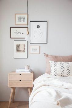 安らぎを感じるアートを飾ったやさしいベッドルーム。ペール系の色使いも素敵です。