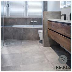 Mooie stoere badkamer met keramische betonlook tegels in combinatie met hout.