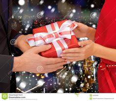 men present christmas to woman - Hľadať Googlom