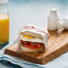 Les muffins anglais de blé entier ajoutent une touche saine à ce savoureux et rassasiant déjeuner. Enroulez ce sandwich dans du papier sulfurisé et vous obtiendrez un déjeuner sur le pouce!
