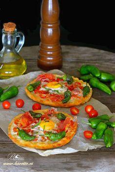 Mini pizzas de jamón, pimientos de Padrón, mozzarella, tomate cherry y huevo.
