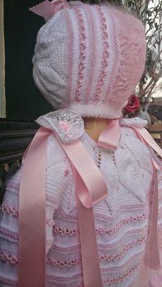 Hecho con lana de bebé, perlé y angora rosa; con extra de angora, al gusto de la mamá.                                                 ... Baby Socks, Baby Hats, Knitting For Kids, Baby Knitting, Crochet Girls, Knit Crochet, Baby Wearing, Leg Warmers, Baby Dress