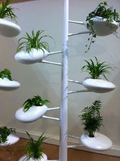 Danielle Trofe da NY paladina dellapproccio sostenibile al design esibisce il Live Screen Vertical Hydrophonic Garden, sano per piante e uomini. Salone del mobile 2013