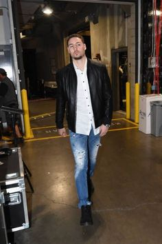 Klay Thompson of the Golden State Warriors enters the arena before the game against the Los Angeles Lakers on December 18 2017 at STAPLES Center in... #basketballclothes