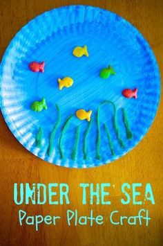 Under the Sea Ocean Paper Plate Craft for Preschool kids - great for Dr. Seuss day, beach themed parties and activities, ocean science lessons, etc. SUPER simple for daycare and summer camp. Preschool Beach Crafts, Beach Crafts For Kids, Summer Crafts For Toddlers, Summer Arts And Crafts, Under The Sea Crafts, Preschool Art Activities, Ocean Activities, Ocean Crafts, Summer Crafts For Kids