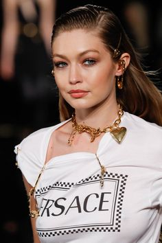Hailey Baldwin and Gigi Hadid strut the Versace runway in NYC Hailey Baldwin, Gigi Hadid, Emily Ratajkowski and Kaia Gerber commanded attention on the Versace catwalk in New York on Sunday night. Gigi Hadid Walk, Gigi Hadid Looks, Bella Gigi Hadid, Gigi Hadid Style, Gigi Hadid Pictures, Estilo Gigi Hadid, Gigi Hadid Outfits, Versace T Shirt, Tumbrl Girls