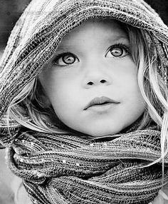 Beautiful black and white portrait of a little girl. Beautiful Eyes, Beautiful People, Beautiful Pictures, Pretty Eyes, Amazing Eyes, Foto Portrait, Portrait Photography, Fotografie Portraits, Foto Baby