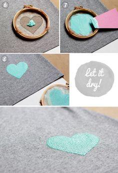 反対側の布に色が染みないよう段ボールを挟んでおき、好きな場所に刺繍枠を置いたら、その輪の中をアクリル絵の具で塗りつぶしていきます。