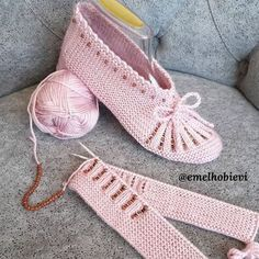 Knit Shoes, Crochet Shoes, Crochet Baby Booties, Sock Shoes, Baby Knitting Patterns, Crochet Patterns, Zig Zag Crochet, Youtube Kanal, Knitted Bags