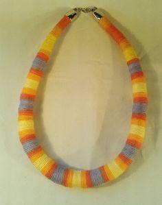 Colar de corda engrossado assimetricamente e coberto com linha mesclada