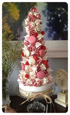 Meringue and Macaron t Bolo Macaron, Macaron Cookies, Cupcake Cookies, Croquembouche, Pretty Cakes, Beautiful Cakes, Amazing Cakes, Christmas Desserts, Christmas Baking