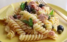Recipe with video instructions: This Tuna Pasta recipe is super mega easy for this summer days. Ingredients: 1 can of tuna in water, 12 black olives, 2 tablespoons capers, Zest and juice of Tuna Salad Pasta, Pasta Salad Recipes, Sauteed Carrots, Sliced Tomato, Crab Meat, Sandwich Recipes, Snacks, Ethnic Recipes, Summer Days