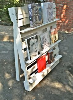 pallet wood display shelf for craft shows.  Genius!  http://www.thesecondrvivl.com/