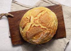Αυτή, η βασική συνταγή για λευκό ψωμί, είναι τόσο απλή όσο και νόστιμη. Αν έχεις δημιουργικές ανησυχίες, ωστόσο, μπορείς να προσθέσεις υλικά που σου αρέσουν (π.χ. σπόρους σουσαμιού στο τέλος) και να πειραματιστείς. Dutch Oven Bread, Greek Recipes, Types Of Food, Soul Food, Recipies, Food And Drink, Sweets, Dishes, Cooking