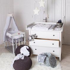 commode à langer en bois blanc et lit bébé de la même série