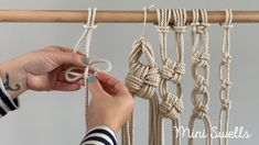 A fun macramé knot to add to any macrame project. For more inspiration or fiber art supplies check out our shop. passo a passo Macramé tutorial by Mini Swells - How to knot a cross knots Macrame Plant Hanger Patterns, Macrame Wall Hanging Patterns, Macrame Plant Hangers, Macrame Patterns, Macrame Design, Macrame Art, Macrame Projects, Micro Macramé, Crochet Motifs