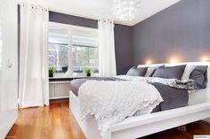 vitt,grått,bäddning,ljust,lampa,pläd,säng,kuddar,fönster,sovrum