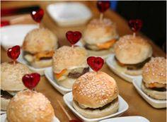 Buffet de casamento no Rio de Janeiro: as últimas novidades para o menu da sua festa Image: 38 Burger Party, Food Porn, Bar Displays, Yummy Food, Tasty, Finger Foods, Hot Dogs, Hamburger, Bread