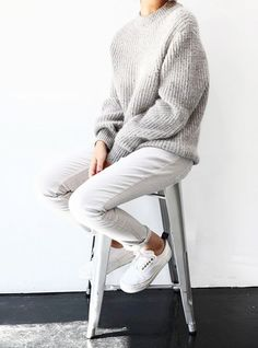 10 Staple Pieces Every Woman Should Have in Her Closet – When you're running out the door and need to throw on a pair of shoes in a rush, grab the white sneakers. The crisp color makes any outfit look polished. Minimal Classic, Minimal Chic, Minimal Fashion, Classic Style, School Looks, Street Looks, Street Style, Skandinavian Fashion, Mode Outfits